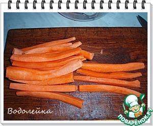 Морковь очистить. И порезать брусочками по ее длине (аналогично рыбе).
