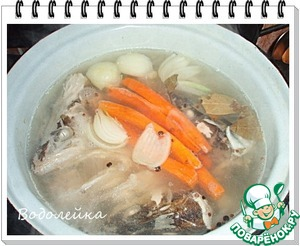 Теперь приступаем к варке рыбного бульона.   Из головы, хвоста, плавников и хребта варим рыбный бульон.   Заливаем водой, доводим до кипения. Пену снимаем обязательно. После добавляем овощи: лук, порезанную морковь (можно добавить корень петрушки, сельдерея... все это по желанию), солим, добавляем перцы и варим на МЕДЛЕННОМ огне около часа. Обязательно пробуем на соль и специи (все это по вашему вкусу.)      Я думаю, что у каждой хозяйки есть свой рецепт этого бульона. Поэтому бульон варим так, ка привыкли.