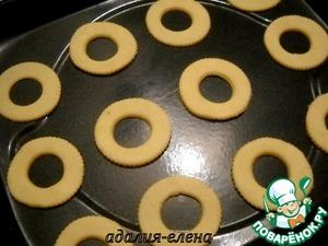 Растереть сл. масло с сахаром и яйцом. Добавить муку и разрыхлитель. Замесить тесто и поставить на 30 мин. в холодильник.    Далее припылить стол мукой, раскатать тесто и круглой формочкой (или любой подходящей) вырезать печенье. Перенести на противень и выпекать около 10 мин. при 180 градусах.