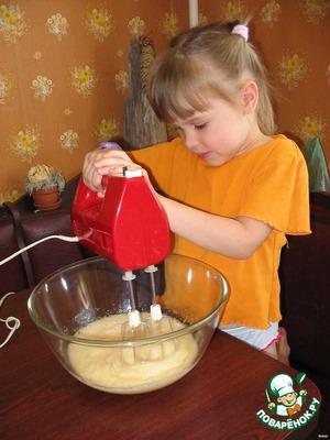 Размешать. Если влить чайную ложку коньяка, то в результате испарения алкоголя тесто получается воздушней.