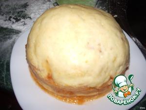 Собираем коржи . Верх формируем из смеси крема и резанных коржей. Аккуратно выравниваем тортик. На бока мне крема не хватило поэтому ровняла джемом. Оставляем на часок в холодильнике. Достаем и подравниваем если надо.