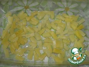 В форму для запекания выложить слоями:    кусочки ананасов,