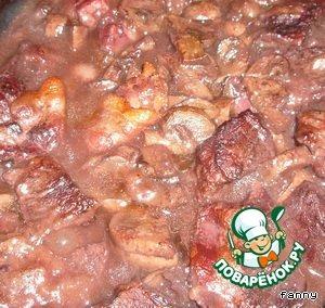 Сложить мясо, лук, морковь, сельдерей, чеснок в емкость, залить сухим вином (в идеале бургундским), чтобы все было покрыто жидкостью и оставить мариноваться на несколько часов.    По прошествии времени мясо вынуть из маринада, стряхнуть, обжарить на горячей сковороде с мукой в оливковом масле небольшими порциями.