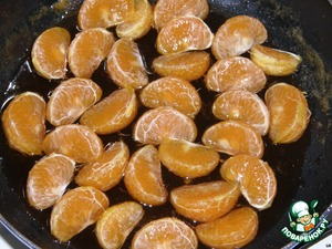 In a frying pan, in which roasted nectarines, add the peeled and separated into slices tangerines, fry them no need, just lie down and saturated the Medoc.
