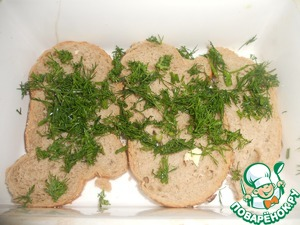 At the bottom of a small heatproof dish to put two slices of bread (I have two and a half), sprinkle with dill