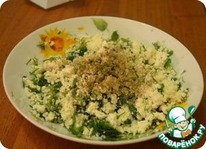 Now you can do the stuffing. To start preparing our cheese in the filling. Sprinkle with salt, add half of chopped greens, a little black pepper and stir. Cottage cheese filling is ready!
