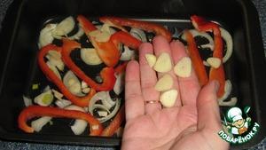 Полукольцами нарезаем лук, полосочками болгарский перец, тонкими кусочками нарезаем чеснок. Половину овощей выкладываем на смазанную растительным маслом форму для запекания или на противень