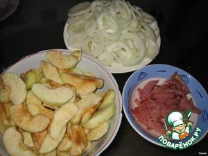 Тем временем приготовить начинку. Порезать лук кольцами, корейку полосками. Яблоки почистить от кожи и семян, нарезать дольками.