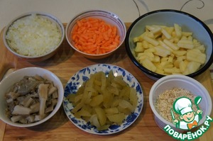 Chop onions, carrots cut into strips, potato cubes. Cucumbers (I have white mushrooms) peel and cut into strips. Also chop the mushrooms.