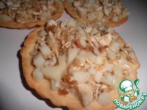Готовим начинку. Мякоть курятины нарезаем на мелкие кубики. Так же мелко режем картофель.   Лук мелко режем и обжариваем до готовности на растительном масле.   Смешиваем картофель, курятину и лук. Раскладываем по тарталеткам.
