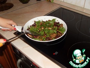 Return to the pan all the meat, pour soy sauce, sprinkle with cilantro leaves and heat for 1 minute on a table I recommend you to apply immediately!  Thank you for your attention! Bon appetite dear!