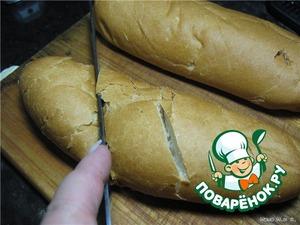 Включить разогреваться духовку на 200 C.    Сделать глубокие надрезы на хлебе.