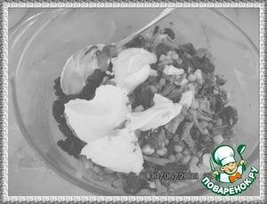 Сметана и майонез в равных частях 1:1.   Дать салату настояться 25-30 мин.
