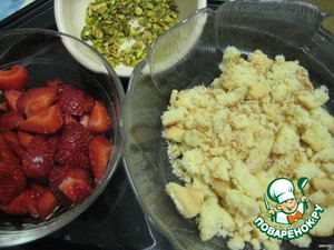 Cookies and pistachio puree them in a food processor or with a wooden mortar;  strawberries cut into small pieces.