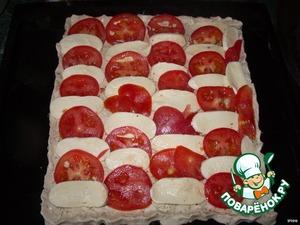 Выкладываем помидоры и моцареллу.