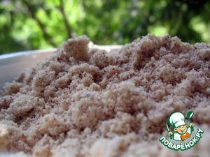 Духовку разогреть до 180°C.      Сливу помыть, разрезать на четвертинки, вынуть косточки.   Формочки, если они не антипригарные, смазать сливочным маслом, присыпать сахарным песком.   Яйца взбить с ванилином до белого цвета.   Смолоть орехи с сахаром в кофемолке в импульсном режиме.