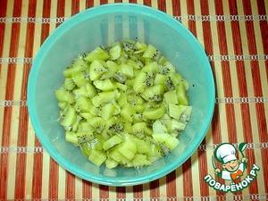 Peel the kiwi, cut into small pieces.