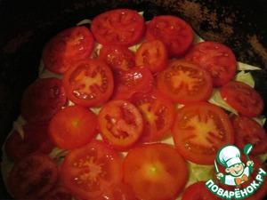 Следующий шаг - это морковь, порезанная кольцами, снова листья капусты - приправить. Следующий шаг - помидоры. Если вы будете готовить Домляму, так сказать, в не сезон, то можно на данном этапе добавить томатную пасту - 2 ст. л., или консервированные помидоры.