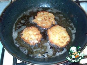 Нагреть на сковороде растительное масло, налить в него ложкой тесто и жарить с двух сторон.