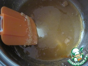 Now cook the cream. Half a Cup of sugar to melt on the fire in a dry skillet.