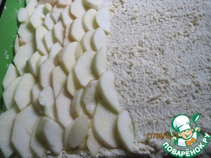 """Cheese spread thinly sliced apples. They are pre-cleaned from the skin and core, sprinkle with lemon juice. I spread the apples on a cheese """"scales"""" and lightly pressed them into the cheese."""