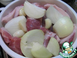 Meat and onions should be cut into small pieces, garlic to clean.
