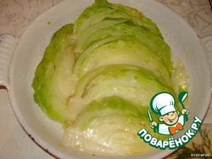 Форму смазываем маслом, капусту разрезаем на 6 кусочков так, чтобы листики держались за кочерыжку и укладываем их вот таким образом.