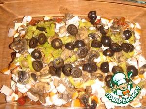 Далее грибная начинка (половина) и колечки маслин (немного отложить для украшения).