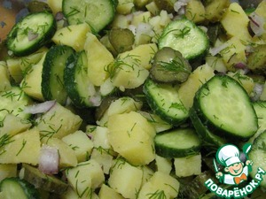 5. Mix cucumber, onion, pickled cucumbers, potatoes and half the dill.