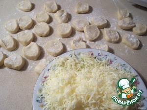 Замесить тесто, дать полежать 30 минут под пищевой пленкой и лепить пельмени.    Дополнительно сделала вареники с сыром, не думала, что у моих малых они пойдут на ура, кто не пробовал, попробуйте!    Сыр брала моцареллу и тёрла на мелкой тёрке.
