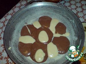 Перед тем как добавить какао в тесто отобрала четвертую часть теста без какао.В форму тесто вылаживала вот так.