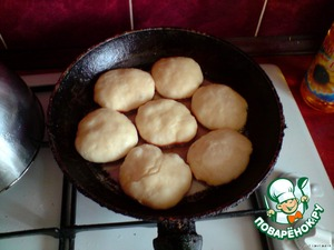 Roll the dough balls and shape of Vladikov, put on a heated pan with vegetable oil, fry on both sides (on low heat to done) until Golden brown.