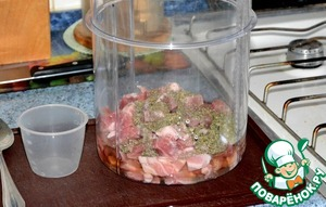 Уложить мясо в ёмкость маринатора и добавить маринад (уксус, вода, соль, сахар, приправы).