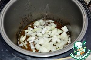"""Пока мясо маринуется, почистить лук, порезать на кусочки и уложить в мультиварку (добавить масло растительное), закрыть крышку и выставить режим """"Жарка""""."""