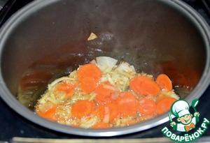Морковь режем кружочками и добавляем в мультиварку.