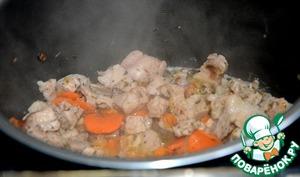 К этому времени мясо уже промариновалось. Достаём из маринатора и добавляем в мультиварку.