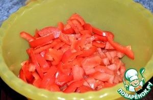 Чистим и режем помидор и перец (кому как нравится).