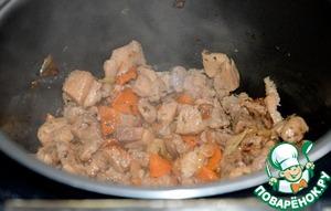 К этому времени мясо уже слегка обжарилось.