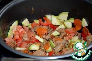 Добавляем в мультиварку помидоры, перец, кабачки. Перемешиваем и оставляем на 7-10 мин.