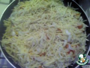 Посыпаем наше блюдо (по желанию)болгарским перцем мелко резанным , сверху посыпаем смесью из сыра,лука и чеснока. Отправляем всё это обратно в духовку на 30 минут допекаться.