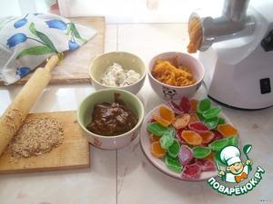 Начинки для этих пирогов подходят любые. У меня творожная масса с изюмом, мармелад разрезанный вдоль на половинки. вареная сгущенка с орехами (у меня на этот раз миндаль). Орехи раздробить скалкой и добавить в сгущенку. И прокрученная через мясорубку размоченная курага (в курагу добавить сахар по вкусу и воды, чтобы хорошо размазывалась).