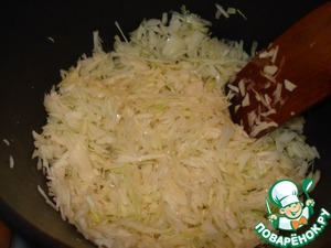 Then put the chopped cabbage, add about half a Cup of water and simmer under the lid for some time on medium heat, stirring occasionally.