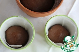 Now fill the test pots. If the pot has a strong narrowing towards the bottom, then fill the dough in half, if the pot buds