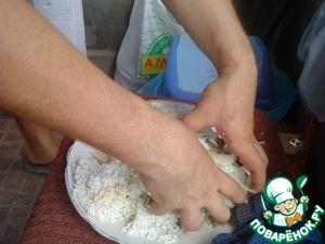 Нарезаем полукольцами лук, добавляем те самые 60 мл масла и перемешиваем руками.