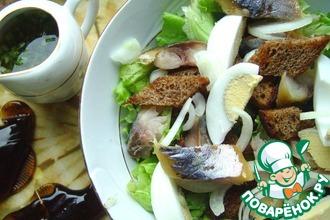 Рецепт: Салат с копченой скумбрией и ржаным хлебом