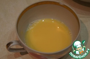 In the water dissolve the salt, mix with the yolk and 1 tbsp of lemon juice.