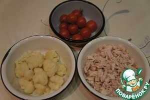 Meat is divided into small pieces, the tomatoes to remove from the stems, wash and dry.