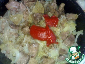 Boil until the liver, in vegetable oil saute the onion.  When the onion will be more or less ready, atteriwem the liver and immediately put it in the pan. Make sure that there was a break between the action, otherwise the liver is draining. Fry the liver with onions, add spices (pepper, Bay leaf). Stew under the cover. After 5 minutes sprinkle with salt and add 4 tbsp of tomato paste.