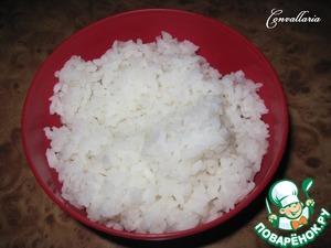 Рис отварить до готовности, промыть.   Я обычно беру круглозерный - он быстро варится и мне нравится его клейкость.
