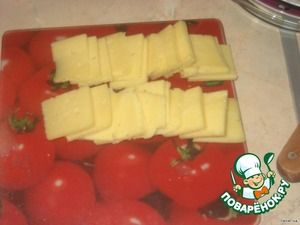 Сыр нарезать небольшими кусочками. Должно получиться столько кусков, сколько разрезов в свинине.